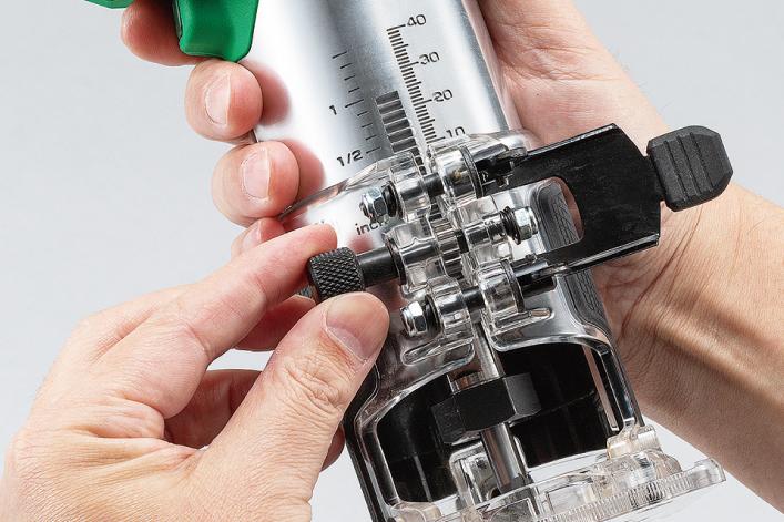使用齒輪齒條微調系統進行底座調整